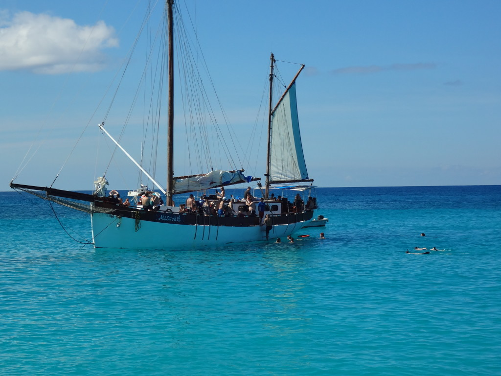 mi dushi ship and snorkelers